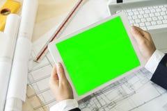 Spott herauf grünen Schirm auf weißer Tablette Stockfoto