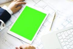 Spott herauf grünen Schirm auf weißer Tablette Stockfotos