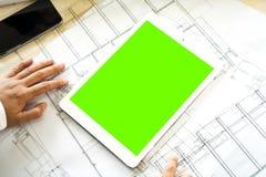 Spott herauf grünen Schirm auf weißer Tablette Lizenzfreies Stockfoto
