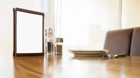Spott herauf Menürahmen auf Tabelle im Restaurantcaféshop Lizenzfreies Stockbild