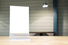 Spott herauf Menürahmen auf Tabelle im Restaurantcaféshop Lizenzfreie Stockfotografie