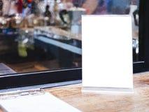 Spott herauf Menürahmen auf Tabellen-Bar-Restaurantcafé Hintergrund Stockfoto