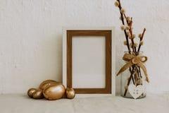 Spott herauf Ostern Goldeier und -rahmen auf Leinen stockfotos