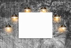 Spott herauf Plakat mit Deckenleuchteweißbacksteinmauer Lizenzfreie Stockbilder