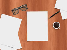 Spott herauf Szene - Tischplattenansicht - realistische Illustration des Schreibtisches mit Büroeinzelteilen Stockfotos