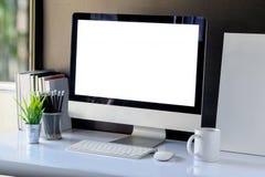 Spott oben des kreativen Desktops und des Computers Stockfoto