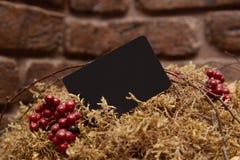 Spott oben des schwarzen Visitenkartefanstapels auf strukturiertem Ziegelsteinhintergrund stockbild