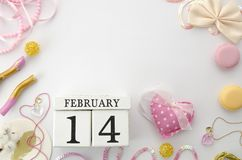 Spott oben für Ihre Beschriftung Valentinsgrußtageskonzept mit weißem bewaldetem ewigem Kalender und romantischen acessories flac Lizenzfreie Stockfotografie