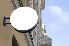 Spott oben Leeres rundes Schild auf Gebäude der klassischen Architektur Lizenzfreie Stockfotografie