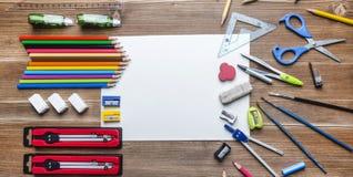 Spott oben mit neuem und altem Schulbedarf Lizenzfreies Stockbild