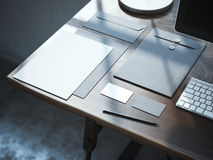 Spott oben mit Visitenkarten auf dem Holztisch Stockbild