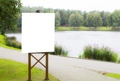 Spott oben Vertikale leere Anschlagtafel im Park Lizenzfreie Stockfotografie