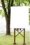 Spott oben Vertikale leere Anschlagtafel mit Kopienraum für Textnachricht- oder Inhaltsöffentliche information Stadtparkhintergru Stockbilder