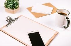 Spott stellte Tablettentelefon-Betriebsnotizbuch des Geschäfts gesetztes auf Lizenzfreie Stockfotografie
