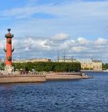 Spotta Strelka av den Vasilievsky ön Rostral kolonn 1810 royaltyfria bilder