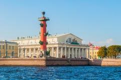 Spottade St Petersburg Ryssland gränsmärken av den Vasilievsky ön Rostral kolonn och gammal börsbyggnad Royaltyfri Fotografi