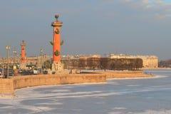 Spottat av Vasilyevsky Island i strålarna av morgonsolen i februari St Petersburg Arkivfoton