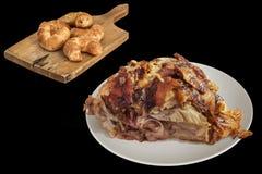 Spottat grillat griskött Ham Chunk med läcker sesamostRolls smördeg på träskärbrädan som isoleras på svart bakgrund royaltyfria foton