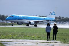 Spotters αεροπλάνων που προσέχουν το αεροπλάνο KLM στον αερολιμένα Schiphol, cAms στοκ φωτογραφία με δικαίωμα ελεύθερης χρήσης