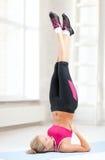Spoty kvinna som gör skuldraställningen på idrottshallen eller hemmet Royaltyfria Foton