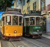 Spotykać 2 tramwaju na ulicach stary miasto w Lisbon, Portugalia Obrazy Stock