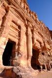 Spowodowany przez człowieka jamy rzeźbili w czerwonej górze w Petra - kapitał Nabatean królestwo w wadiego Musa mieście przy Jord fotografia stock