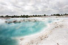 Spowodowany przez człowieka sztucznego jeziora kaolin Dziury tworzyli zakrywali podeszczową wodą, tworzy jasnego błękitnego jezio Fotografia Stock