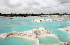 Spowodowany przez człowieka sztucznego jeziora kaolin Dziury tworzyli zakrywali podeszczową wodą, tworzy jasnego błękitnego jezio Obrazy Stock