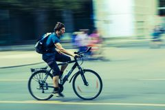 Spped stadscyklist i berlin royaltyfri foto