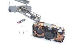 Sprängd kamera som lägger på vit bakgrund Arkivbilder