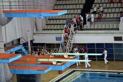 Språngbräda för hopp i vatten i sportkomplex Fotografering för Bildbyråer