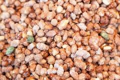Spröde Süßigkeitsnahaufnahme der Erdnuss herausgestellt in einem Funfair stockbilder