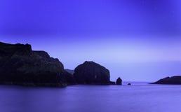 Spröjsliten vikhamn på natten fotografering för bildbyråer