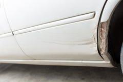 Sprünge auf der Automobilfarbe alt stockfotos