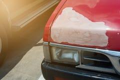Sprünge auf der Automobilfarbe alt stockbild