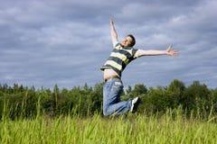 Sprünge auf einem Gras Lizenzfreies Stockfoto