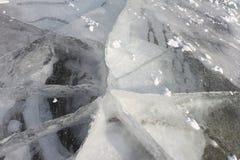 Sprünge auf einer Eisoberfläche des Flusses, natürlicher Hintergrund lizenzfreie stockbilder