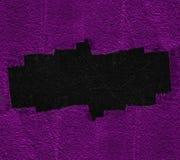 Sprünge des schwarzen Lochs in der violetten Wand lizenzfreie stockfotos
