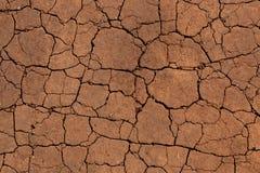 Sprünge in einem trockenen Boden lizenzfreie stockbilder