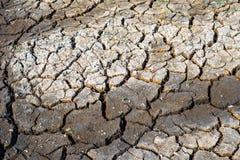 Sprünge in getrocknetem Boden in der trockenen Jahreszeit lizenzfreies stockfoto