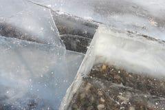 Sprünge im transparenten Eis auf dem Fluss im Winter lizenzfreie stockfotografie
