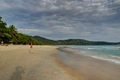 Sprünge Mendes-Strand in Ilha groß südlich Rio de Janeiro Brazils stockfotos