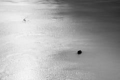 Sprünge und Loch im Eis auf Teich, im dunklen Eis im Loch und im Stein herum lizenzfreie stockfotografie