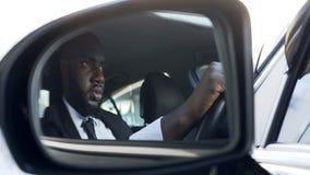 Sprężający amerykanina afrykańskiego pochodzenia męski napędowy samochód, ucieka pogoń, ruch drogowy reguły zdjęcia stock