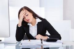 Sprężający bizneswomanu cyrklowania podatek zdjęcie royalty free