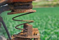 Sprężysty siedzenie stary ośniedziały w polu uprawy fotografia royalty free