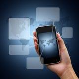 Sprache-Luftblasen im beweglichen Netz in der Hand Lizenzfreie Stockfotos