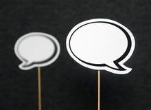 2 Spracheblasen auf dunklem Hintergrund stockfoto