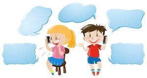 Spracheblasenschablone mit den Kindern, die am Telefon sprechen Stockbild