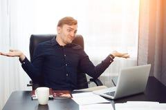Sprachloser Geschäftsmann, der oben seine Hände wirft Lizenzfreie Stockbilder